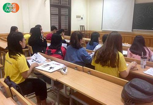 Một lớp học ngữ âm của English Zone
