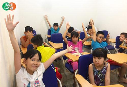 Các bạn nhỏ hào hứng tham gia lớp học